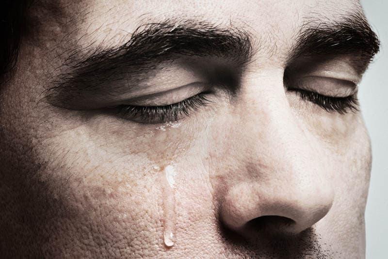 die weinenden geschlossenen Augen eines Mannes
