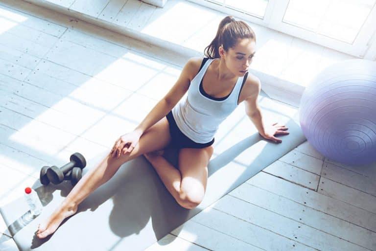 ein Mädchen, das zu Hause Gymnastik macht