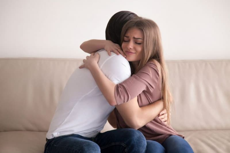 ein Mädchen, das einen Mann tröstet(1)