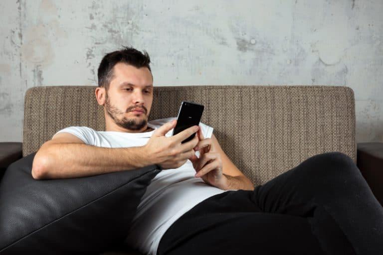 ein Mann faul auf der Couch