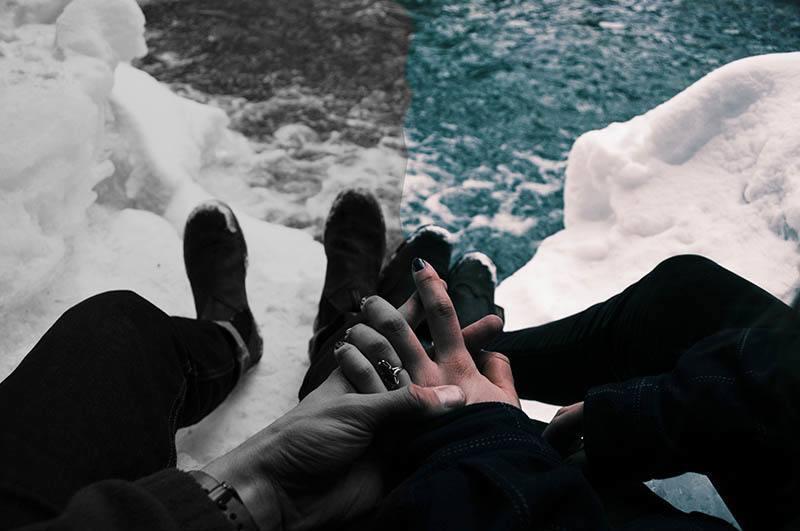 ein Mann und eine Frau Händchen haltend