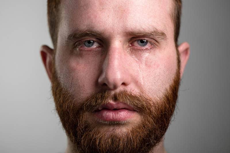 ein Porträt eines Mannes mit einem weinenden Bart