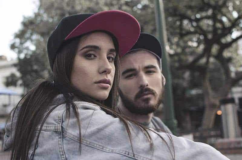 ein Porträt eines ernsthaften jungen Paares