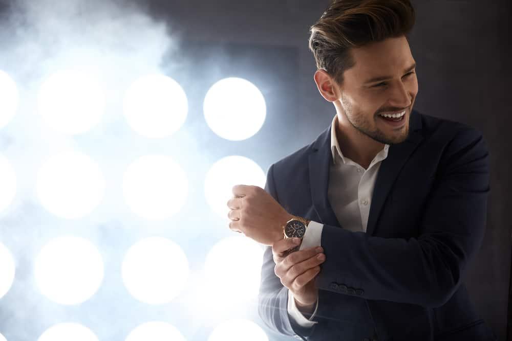 ein hübscher lächelnder Mann in einem Anzug