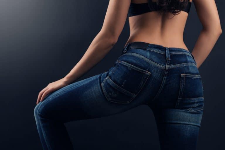 ein hübsches Mädchen in Jeans posiert