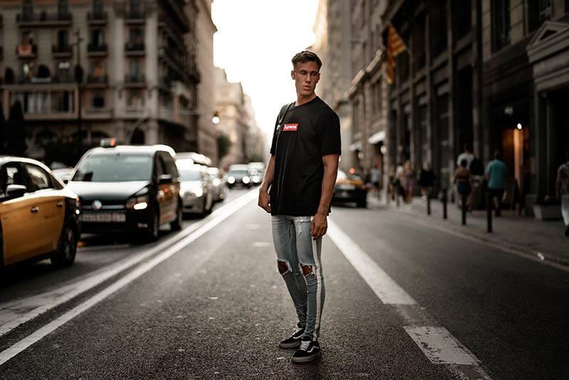 ein imaginärer Mann, der auf der Straße steht