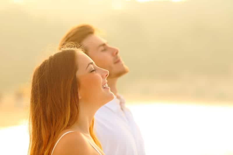 fröhliches Paar mit Blick auf die Sonne