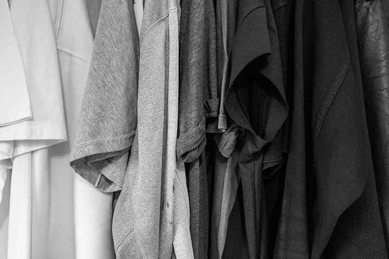 grauer Kleiderschrank hängt