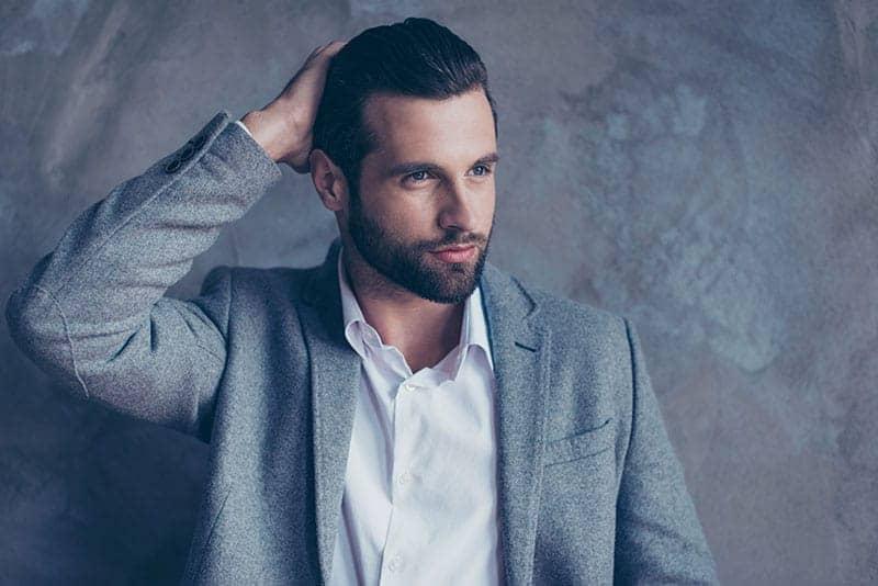 gutaussehender Mann posiert im Anzug