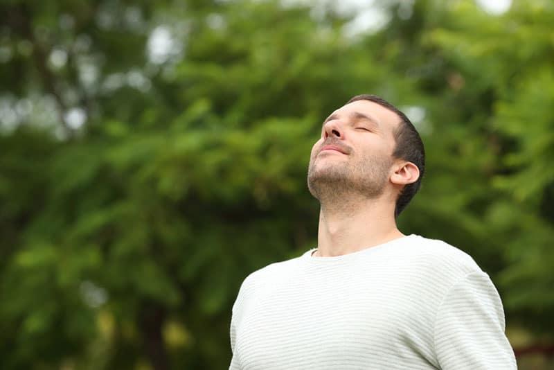 junger Mann atmet tief durch