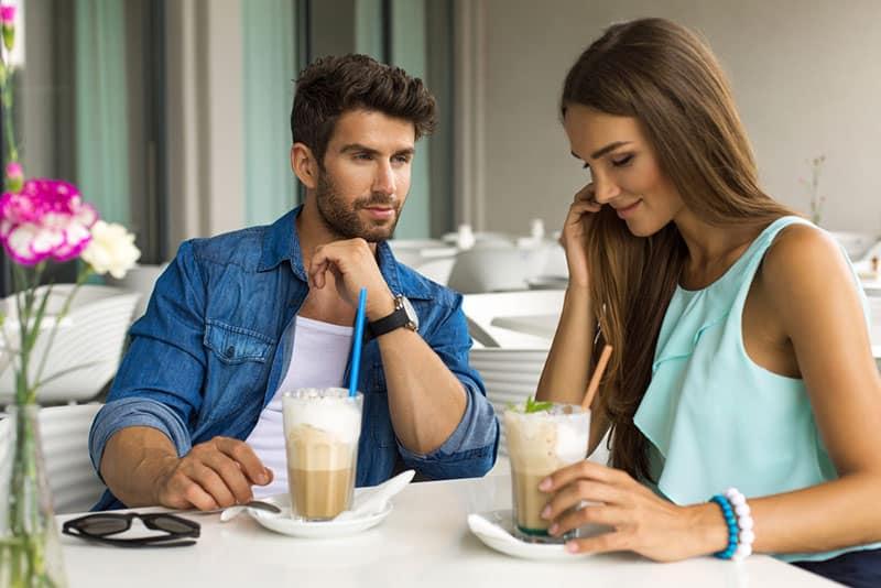 junger Mann, der mit Frau im Café flirtet