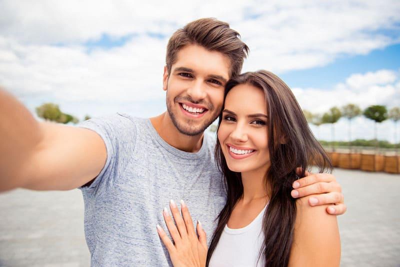 junges Paar macht Selfie