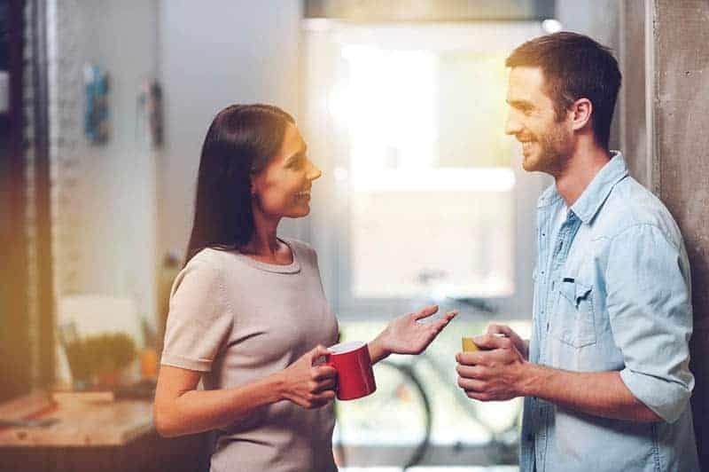 junges Paar spricht und lächelt