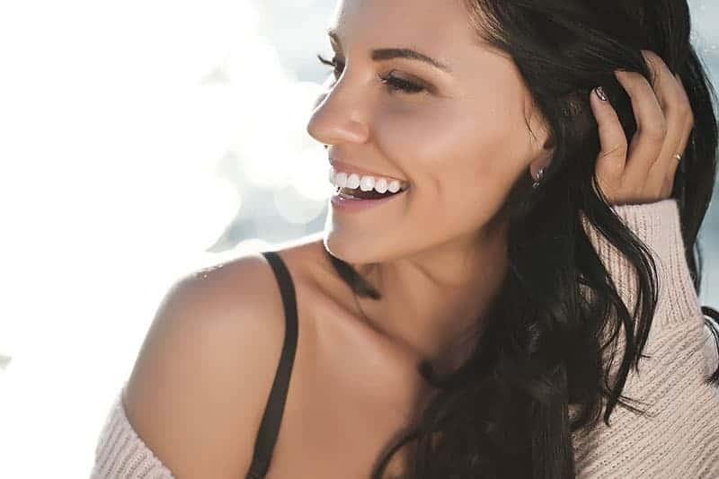 lächelnde junge Frau mit weißen Zähnen