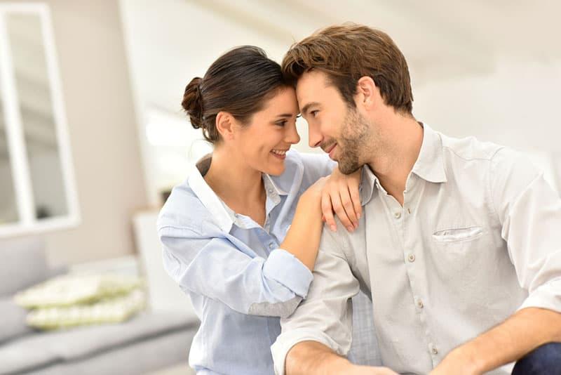 süßes Paar schaut in die Augen