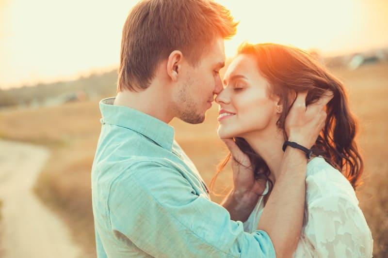 schönes Paar kurz vor dem Kuss während des Sonnenuntergangs