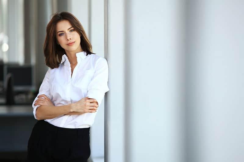 selbstbewusste Frau posiert
