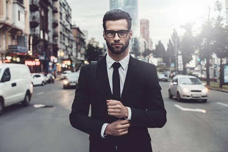 selbstbewusster Mann im Anzug posiert