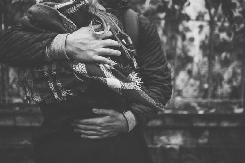 Stoße Niemals Ein Mädchen Weg, Das Diese 7 Dinge Für Dich Tut