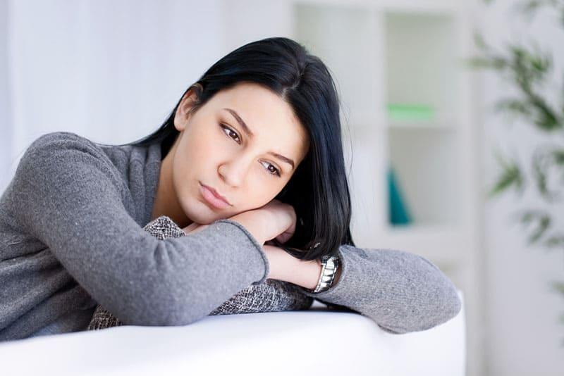 traurige Frau in tiefen Gedanken
