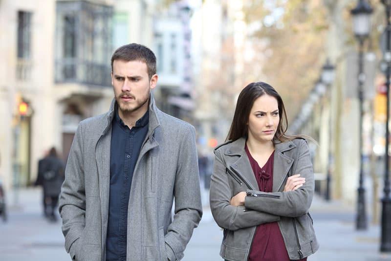 wütendes Paar auf der Straße gehen