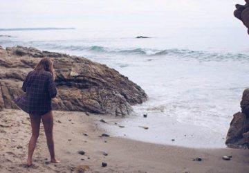 einsames Mädchen am Strand