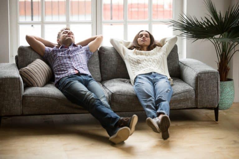 Ein junger Mann und ein Mädchen ruhen auf einer Couch