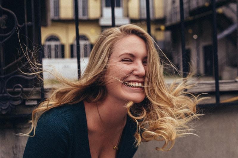 Das Mädchen mit den blonden Haaren lacht