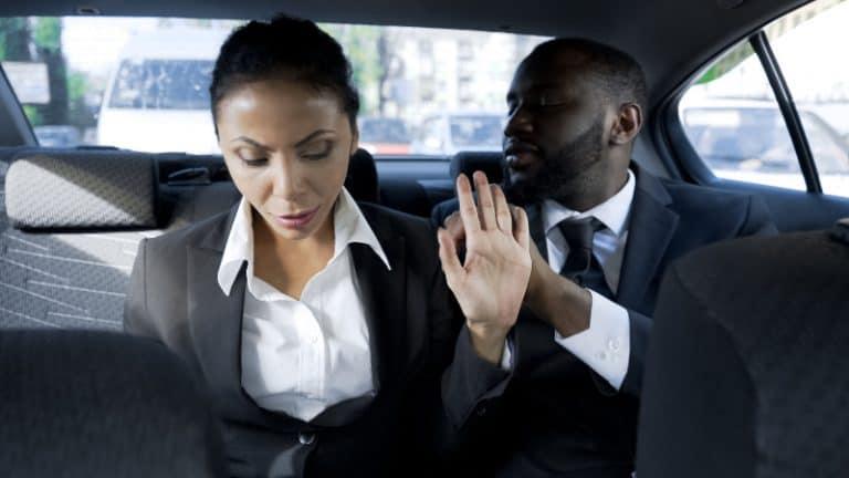 Das Mädchen weigert sich, mit dem Mann zu sprechen