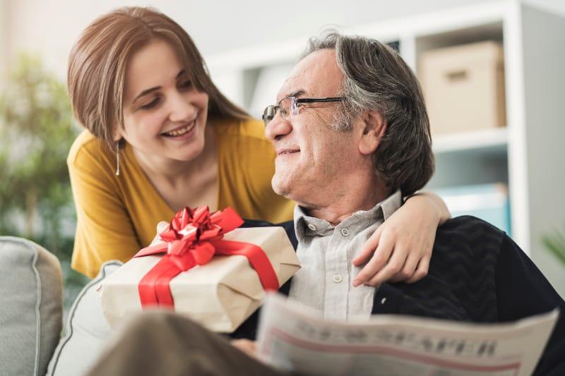 Die Tochter gibt dem Vater ein Geschenk
