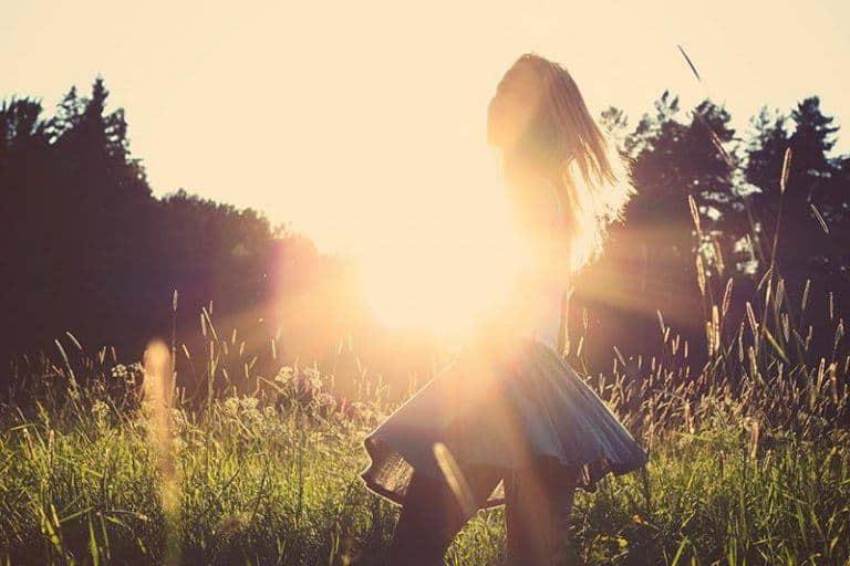Ein Mädchen in einem Rock tanzt im Gras