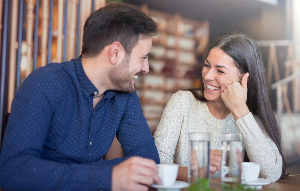 Ein Mann und eine Frau flirten in einem Café