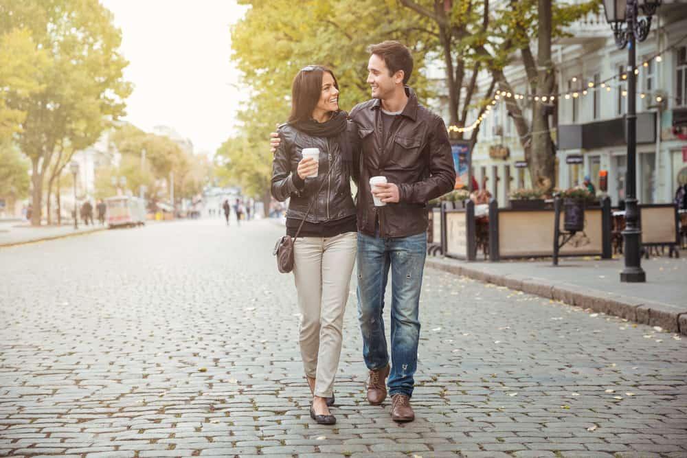 Ein Mann und eine Frau umarmen sich beim Gehen und Reden