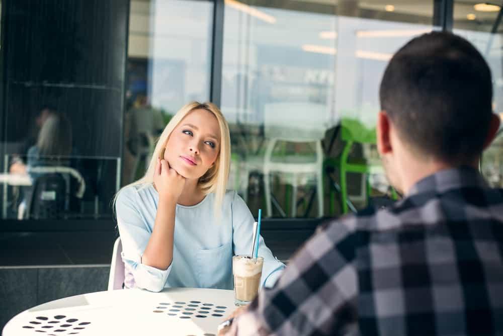 Ein junges Paar trinkt Kaffee auf der Terrasse eines Cafés
