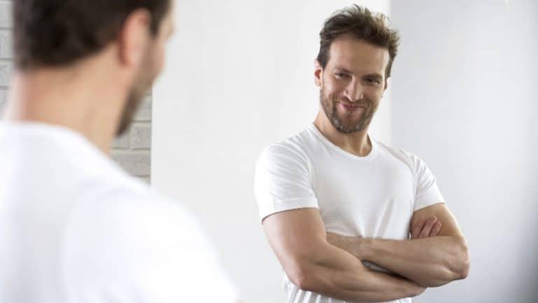 Ein narzisstischer Mann schaut in den Spiegel