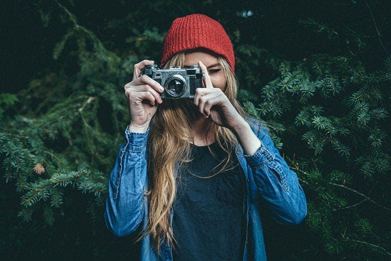 Frau, die Foto mit Fotoaparat macht