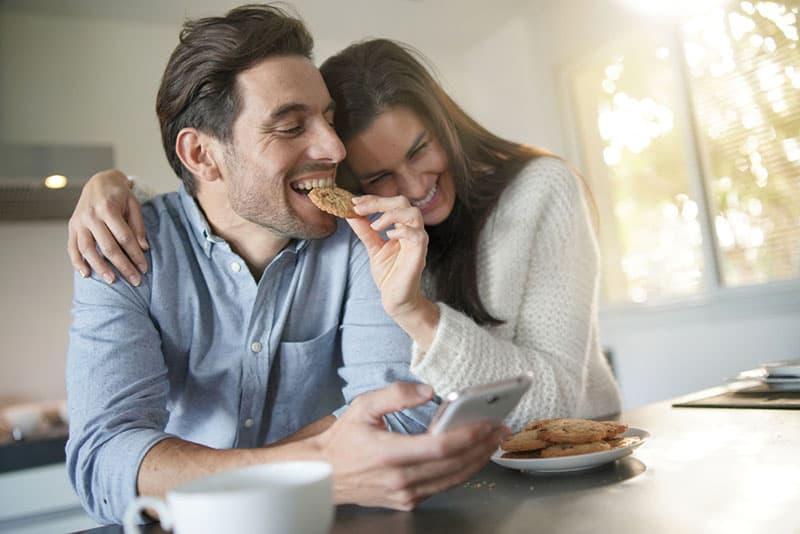 Frau gibt dem Mann einen Keks