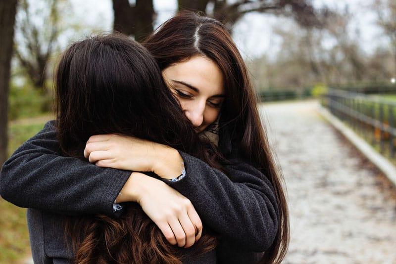Frau umarmt ihre Freundin