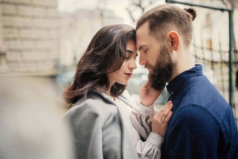 Junges verliebtes Paar, das auf der Straße umarmt