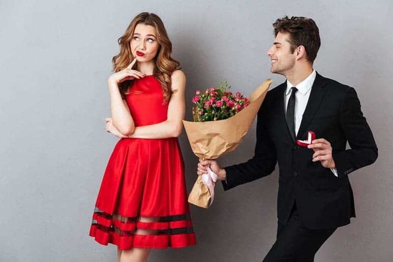 Mann, der der Frau Blumen gibt