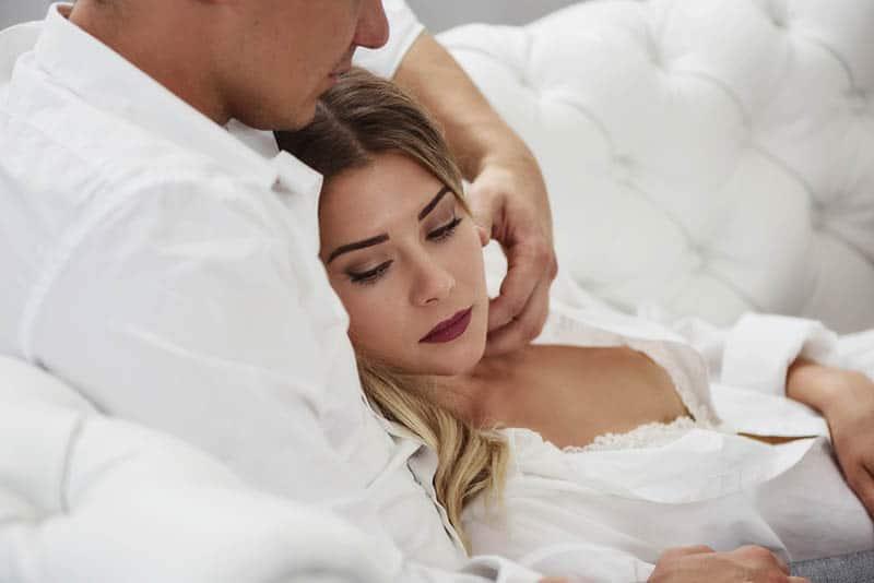 Mann kuschelt Frau