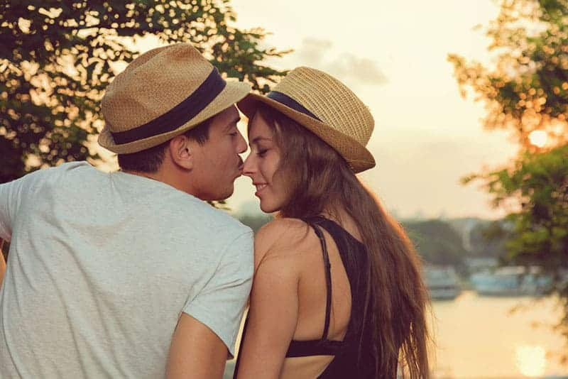 Mann küsst Frau Nase