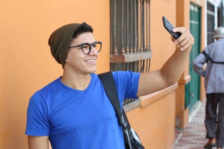 Mann macht ein Selfie-Foto auf seinem Handy
