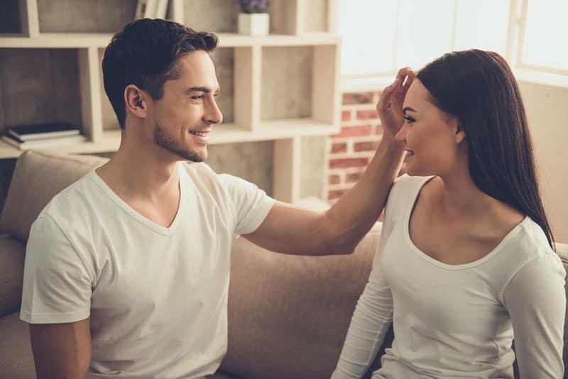 Mann sitzt mit Frau auf der Couch