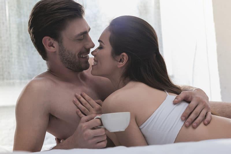 Paar am Morgen kuscheln