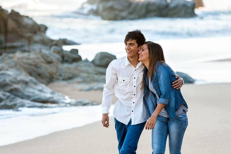 Paar am Strand spazieren
