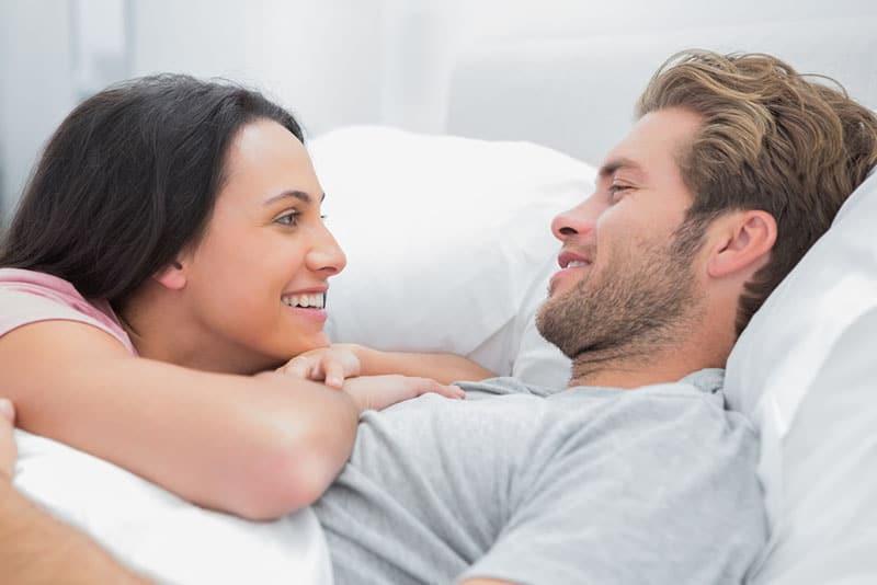 Paar im Bett reden