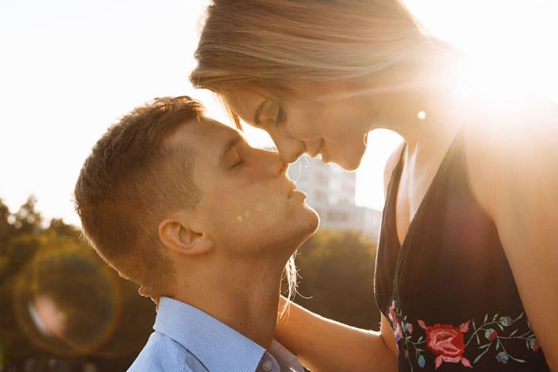 Paar im Sonnenlicht küssen