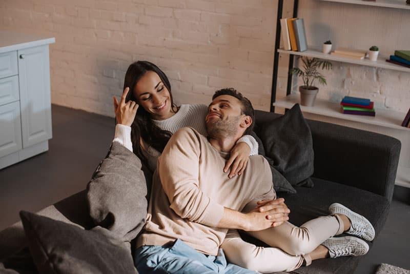 Paar kuschelt im Wohnzimmer