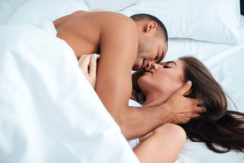 Paar leidenschaftlich küssen